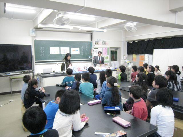 東京都杉並区高井戸第4小学校で磁石の授業